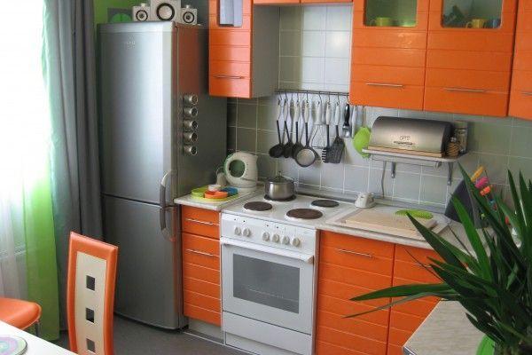 Серые шторы к оранжевой кухне