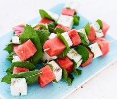 Frukt och ost passar bra ihop! Här som små spett av vattenmelon, mynta och feta. Perfekt plockmat eller tilltugg vid sidan av en god bål. Också som fruktigt tillbehör till grillat kött och kryddkorv.