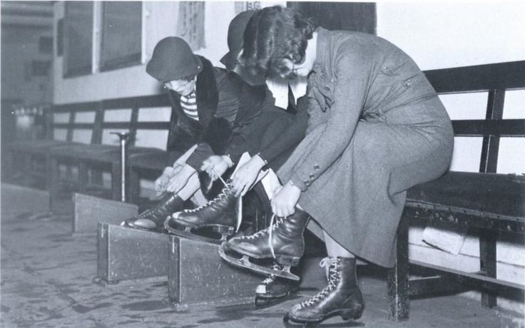 """""""1933年(昭和8年)。東京の芝浦に東洋最大級のスケート場がオープンしました。写真はスケート靴を履く女性たち。"""""""