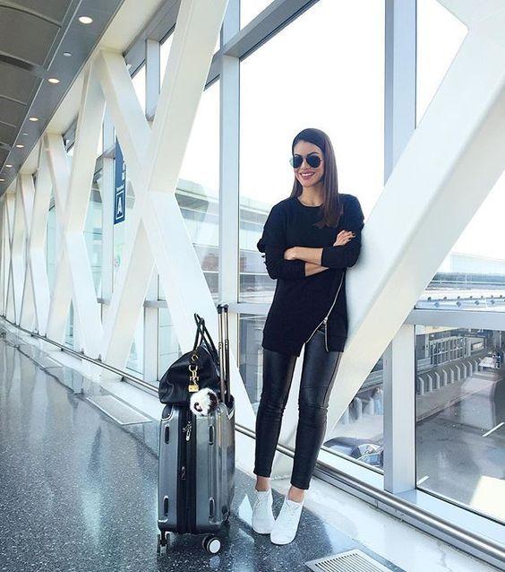 Mesmo quando não vou viajar em uma data próxima, adoro ver os looks de aeroporto kkk … na maioria das vezes são confortáveis, práticos e modernos e por isso podem ser uma ótima inspiração para outras ocasiões, não é verdade?! Separei alguns looks lindos e para todos os climas para inspirar vocês INSPIRE-SE: …