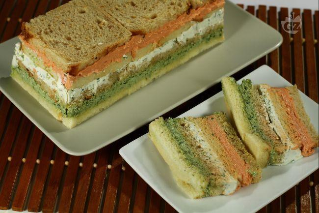 Il tramezzino ai tre colori è uno sfizioso pane insaporito da tre mousse colorate che oltre a renderlo molto saporito lo rendono anche molto bello da guardare.