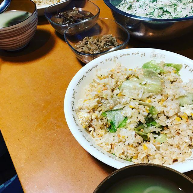 4/2  今日のダンナ飯🐷🍚🍴 レタスチャーハン☺︎私→鮭入り、薄味。ダンナ→濃い味 味噌汁☺︎キュウリとツナのサラダ☺︎ 残ってたしぐれ煮&豚もやし サラダは私ががっつく為、ボールごと🤤🎶 今日も大満足😁✨美味しかった‼︎‼︎ チムも野菜に納豆にたらふく食べて、お腹パンパン🐶🐾🐷💬 ごちそうさまでした😄🙏✨ #晩ご飯#うちごはん#ダンナ飯#男飯#満腹#大満足#ごちそうさまでした#美味しかった#ありがとう#感謝#がっつく#いっぱい頬張りたい#愛犬#ミックス犬#ヨークス#食いしん坊#食い意地#ひど過ぎ#熊本#kumamoto