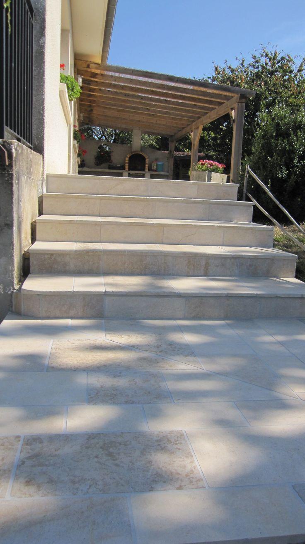 Escalier en pierre naturelle de Bourgogne Beaunotte DCN, habillage de l'emmarchement béton par des marches et contremarches, dallage en pierre de Bourgogne Beaunotte DCN - vieux sol extérieur contemporain moderne