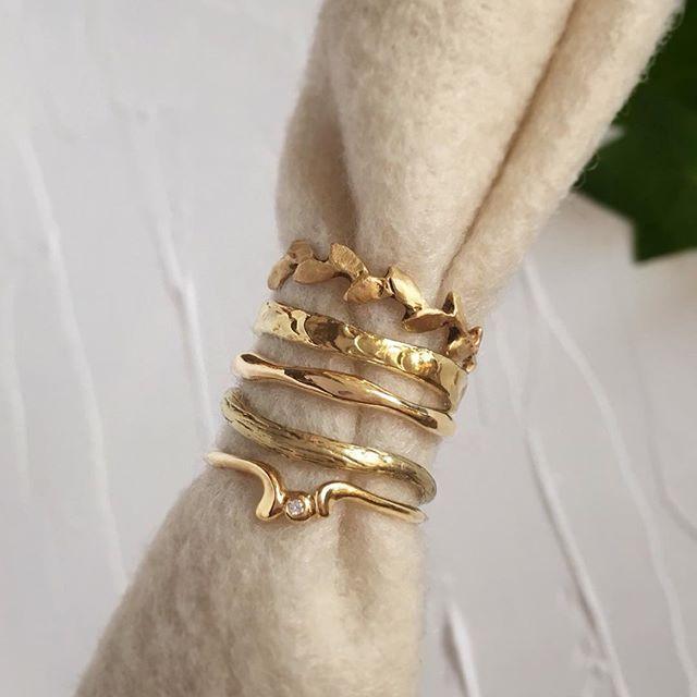 My favorite? It'll take me days to choose... どれか一つ選ぶとしたら? う〜ん、、、 時間をください。  ゴールドが着けたくなってきた季節。  Warm weather always make me want to wear gold. These are great for wedding band as well.  From the top...Laurel ring, ripple ring, water design ring, branch textured ring,  v-ring with a diamond.  #結婚指輪 としても素敵な形の指輪の数々をご用意しています。自然モチーフの月桂樹や枝モチーフのリング、シンプルめの、少し遊び心のある、表面にテクスチャーが入っている漣のリングや、お水モチーフのリングと、この他にも沢山あります。  #婚約指輪 と重ねづけもおすすめ。  18k Gold Rings 18金ゴールドの指輪  お問い合わせ: [📧#: ij170620] ileava.jp…