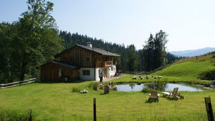 """Stanglwirt Hüttlingmoos - Tirol: Hoch oben, kurz bevor der Anstieg zum Wilden Kaiser richtig steil wird, steht seit ewigen Zeiten ein Forsthäuschen – ein Kunstwerk aus Holz. Früher war es Teil einer Landwirtschaft, seit 2005 ist es ein Schmuckkästchen für Tirol-Touristen. Die Luxus-Hütte """"Stanglwirts Hüttling-Moos"""" bietet Service auf Fünfsterne-Niveau, inklusive eigenem Koch und Butler. Drumherum verträumte Ruhe, intakte Natur und das atemberaubende Panorama des """"Wilden Kaisers"""" – das…"""
