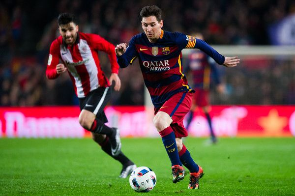 Lionel Messi of FC Barcelona runs with the ball during the Copa del Rey Quarter Final Second Leg between FC Barcelona and Athletic Club at Camp Nou stadium on January 27, 2016 in Barcelona