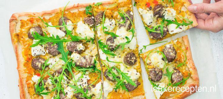 Winters pizza recept van pompoen met worst en salie op een pizzabodem