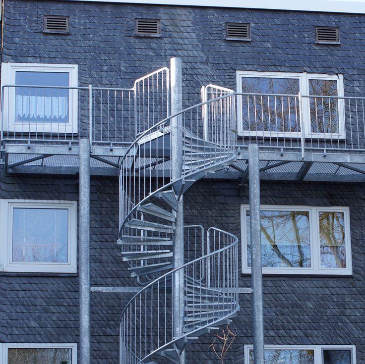 Mehrgeschossige Spindeltreppe DIVA© verzinkt mit Gitterroststufen