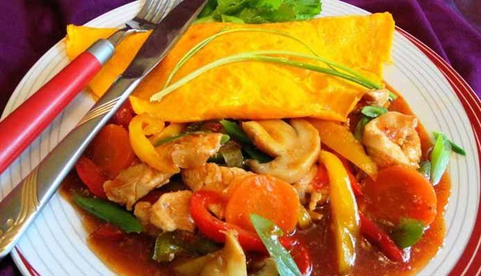 Surinaams eten – Surinaamse Pikante Kip Omelet (gezonde kip in reepjes met omelet in chili tomaatsaus)