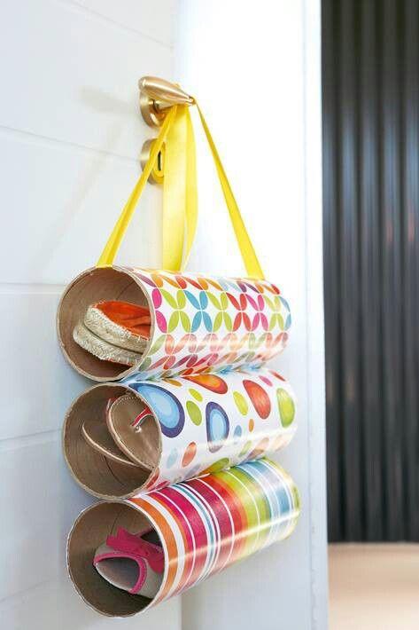 Pour ranger les magazines, les serviettes de table, les chaussures...., utilisez les boîtes cylindriques de type schips Pringles retenues par une anse.
