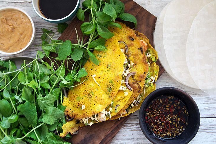 Banh Xeo er en favorit fra det vietnamesiske køkken hvor de gyldne sprøde pandekager spises rygende varme - få den skønne opskrift her