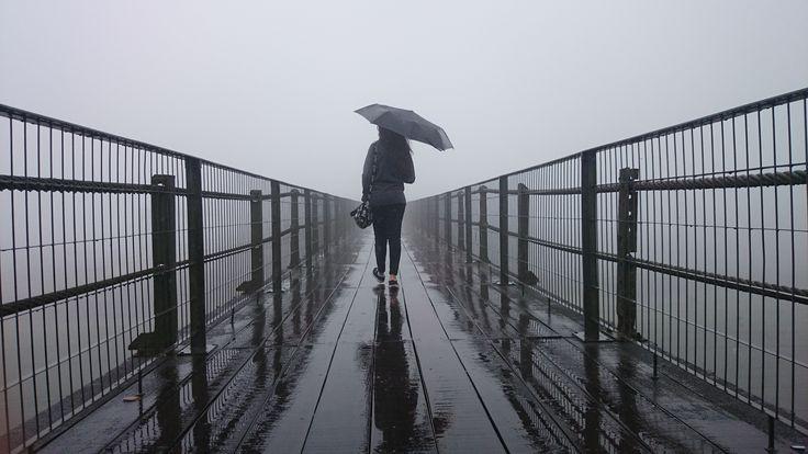 Passarela de Paranapiacaba, dia chuvoso com neblina.