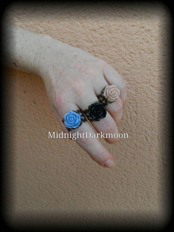 Clasicos anillos ajustables de rosas con base de filigrana estilo antiguo disponibles en negro, azul y rosa viejo.  Medida de la rosa: 18mm