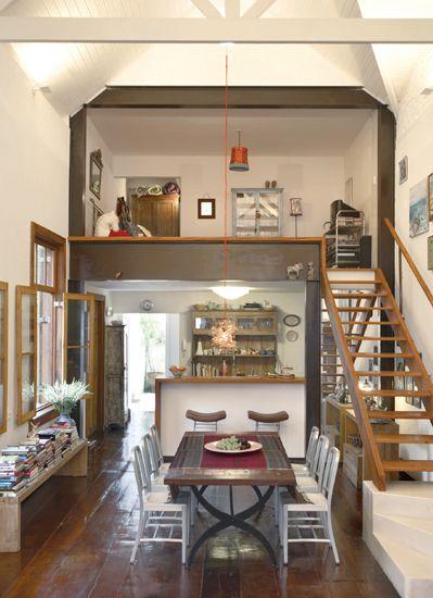 Da sala de jantar se chega ao mezanino por meio da escada de muiracatiara, completada por degraus de cimento na base. O projeto de reforma desta cada, que deu origem aos ambientes, foi comandada pelo arquiteto Maurício Nóbrega.
