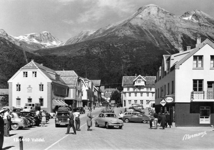 Møre og Romsdal fylke Norddal kommune VALLDAL MED MANGE BILER 1950-tallet Utg Normann