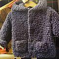 Une veste pour bébé très facile à tricoter et dans un fil