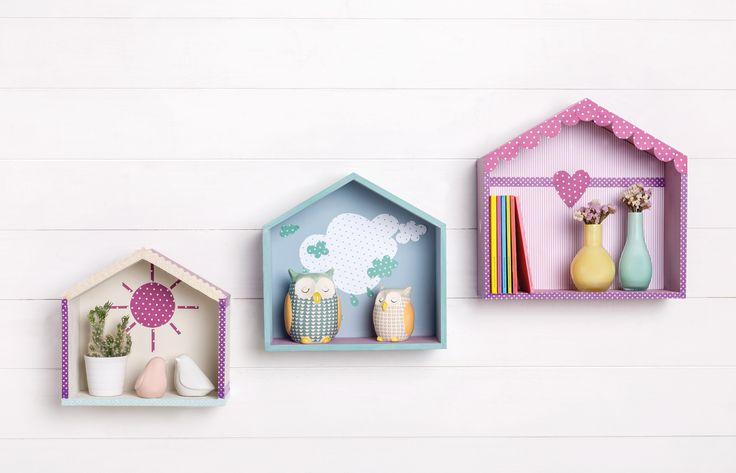 Petites cabanes en bois à la peinture à la craie et papier
