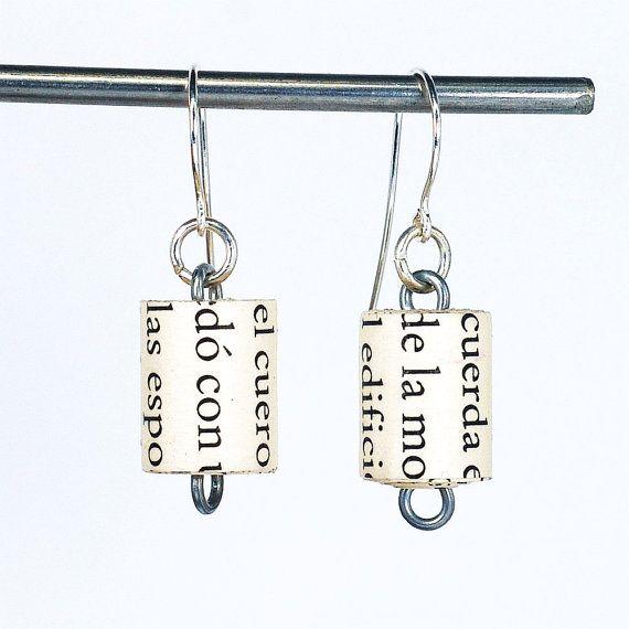 Ces boucles doreilles composée de perles en papier que jai fait des pages dun millésime livre en espagnol. Les perles sont roulées et recouvert dune finition brillante pour une protection à la main. Les perles mesurent environ 1/2 po de longueur. Les perles sont enfilées sur fil dacier Recuit. Les perles de papier pendent environ 7/8 po de plaquees argent. Ces boucles doreilles sont fabriqués sur commande, donc il y aura quelques légères différences de celles sur la photo. La derniè...