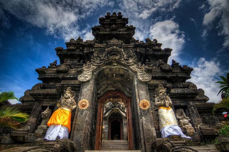 Untuk memberi penghormatan kepada pahlawan serta simbol persemaian pelestarian jiwa perjuangan rakyat Bali dari generasi ke generasi, maka dibangunlah Monumen Bajra Sandhi atau Monumen Perjuangan Rakyat Bali. Lokasinya di daerah Renon, Denpasar.