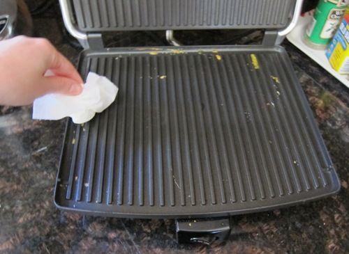 Daddy Cool!: Home Tip: Ο πιο απλός και γρήγορος τρόπος να καθαρίσεις την τοστιέρα! Οι φωτογραφίες δε λένε ψεμματα