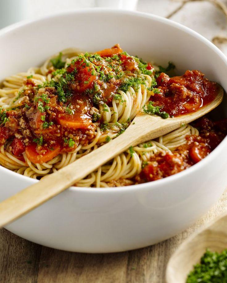 Maak de lichte variant van onze favoriete pastaschotel spaghetti bolognaise, met mager rundsgehakt en heel veel groentjes. Lekker gezond genieten!