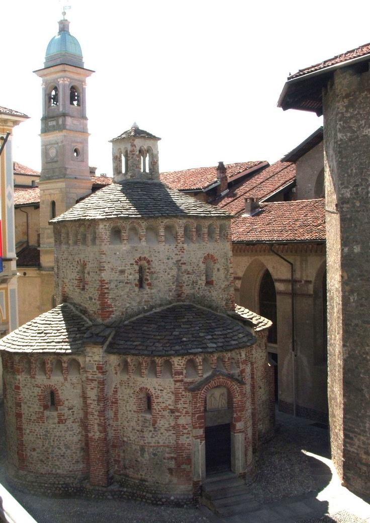 Biella, il battistero e il campanile della chiesa della S.S. Trinità