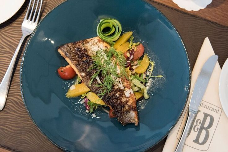 'Salade met gebakken zeebaars' met een dressing van Sinaasappelaere, een…
