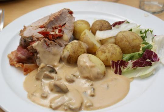 Fyldt svinemørbrad med kartofler og champignonsauce.