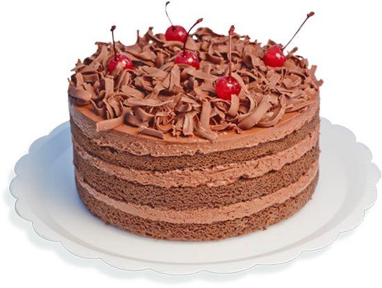 Camadas de pão-de-ló de chocolate com recheio e cobertura de creme à base de chocolate 50% cacau, creme de leite, licor de cacau e crocante. Decorada com raspas de chocolate ao leite e cereja.