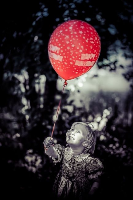 Red baloon and a girl