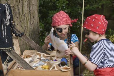 Enigmas e pistas para jovens em uma caça ao tesouro                                                                                                                                                     Mais