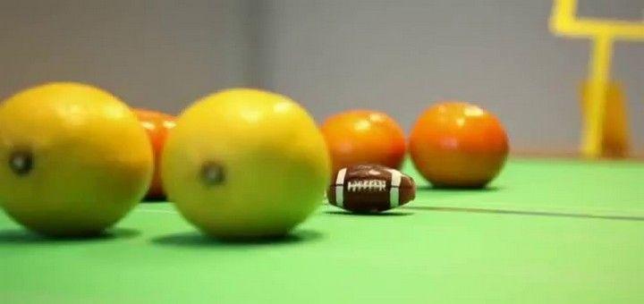 #Realidades2-6A sports ¿Cuáles son las reglas básicas del fútbol americano? Mira este reportaje de BBC Mundo en el cual Franco nos las explica ¡con mandarinas y limones!