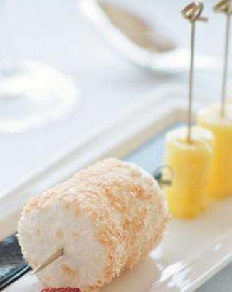 Épatez vos invités avec cette gourmandise, des sucettes d'ananas et brochettes de meringue à la noix de coco, arrosées de sauce au chocolat.