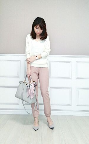 淡いピンクと白のニットで甘めのコーデ♪アラフォー(40代)女性のおすすめジョガーパンツコーデ♬