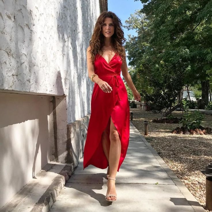 ELLE.es. Red asymmetric midi dress+camel ankle strap heeled sandals. Late Summer Wedding Guest Outfit 2017