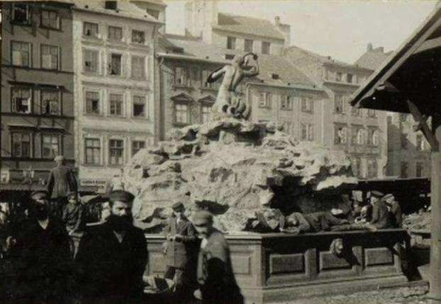 """W roku 1855 Konstanty Hegel stworzył rzeźbę """"Syreny"""", która ozdobiła wodotrysk na Rynku Starego Miasta.W 1931 przeniesiona zastała na Solec,Syrenka Konstantego Hegla powróciła na Stare Miasto w lipcu 1972 roku.   Na fotografii Syrena na Rynku Starego Miasta przed rokiem 1911.  fot. Warszawy historia ukryta"""
