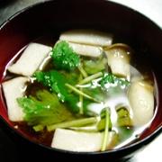 【三つ葉とエリンギの味噌汁】香りに癒されます  材料(3人分)  三つ葉 … 1袋 エリンギ … 1袋 和風だし顆粒 … 小さじ1/2 味噌 … 大さじ2  (1)三つ葉は3センチ長さに、エリンギは食べやすい大きさに切る。  (2)鍋に水750ccと和風だし、エリンギを入れて軽く煮る。  (3)味噌を溶いて、三つ葉を加える。  (4)器に盛る。