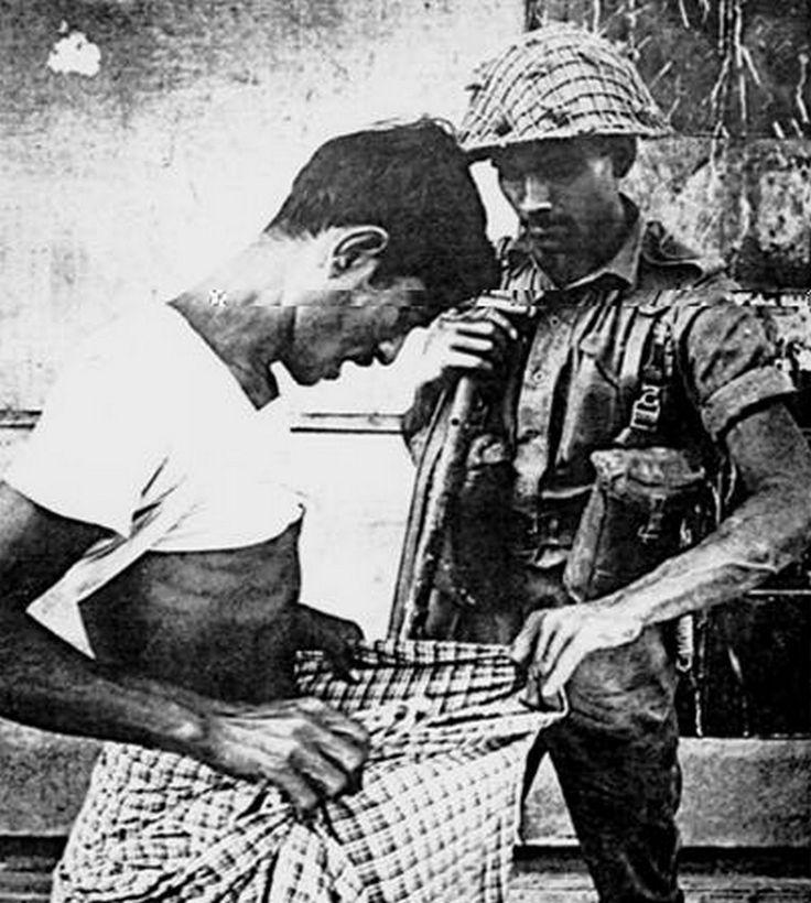 Un soldado paquistaní durante la guerra de la independencia de Bangladesh en 1971, examina si el hombre está circuncidado o no (los hindúes no están circuncidados)