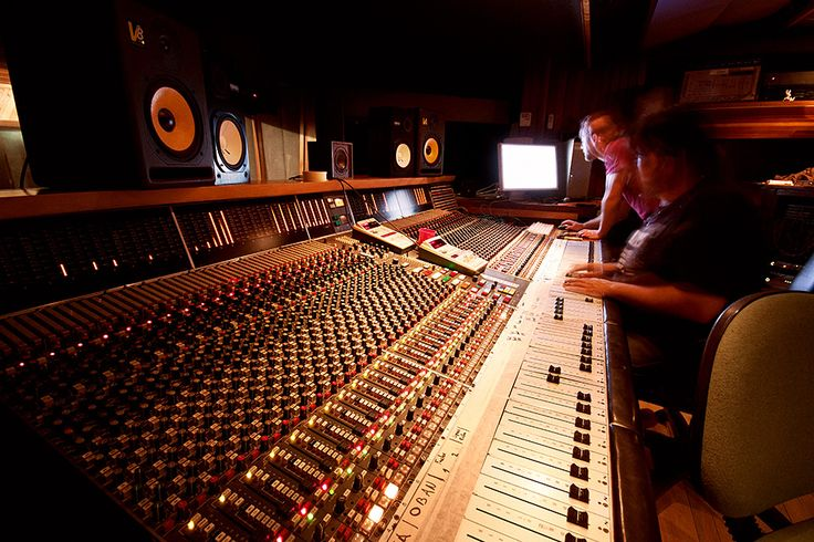 """Ari Roze recording his """"why you wanna be (with me)"""" limited edition 7"""" vinyl at Rocking Horse Studios in Byron Bay with David Atkins"""