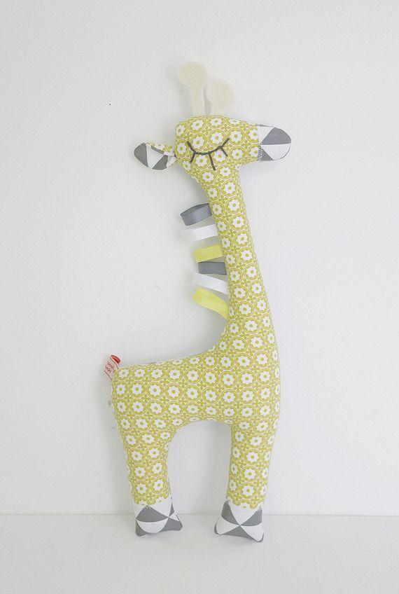 Peluche doudou Girafe tons gris jaune blanc à motifs graphiques et triangles style scandinave