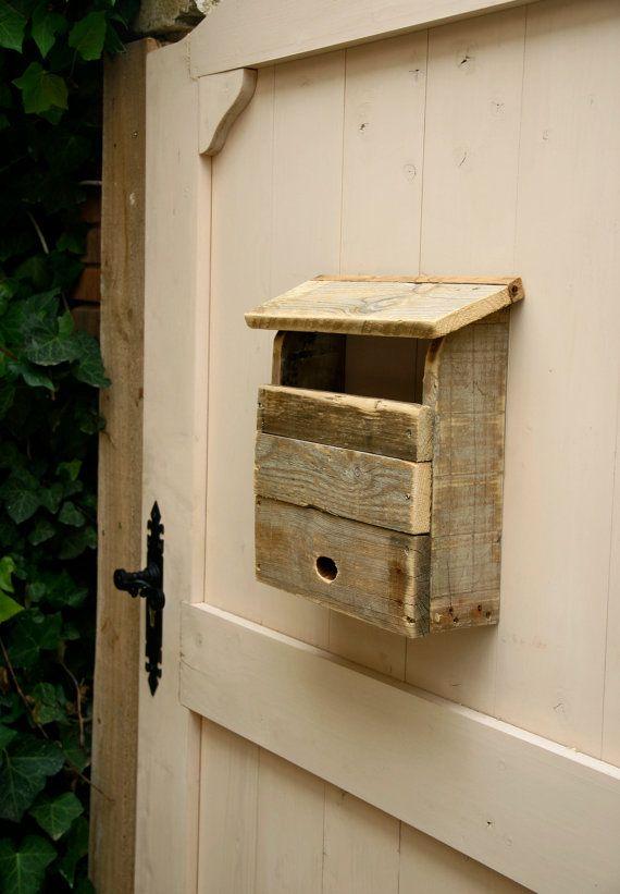 Boîte aux lettres de mur fait à la main recyclés bois de palette. La boîte aux lettres a une finition naturelle avec lâge du passage du temps et le traitement de labri des moustiques.  Dimensions : 36 x 36 x 16 cm.  Poids: 3 kg environ.