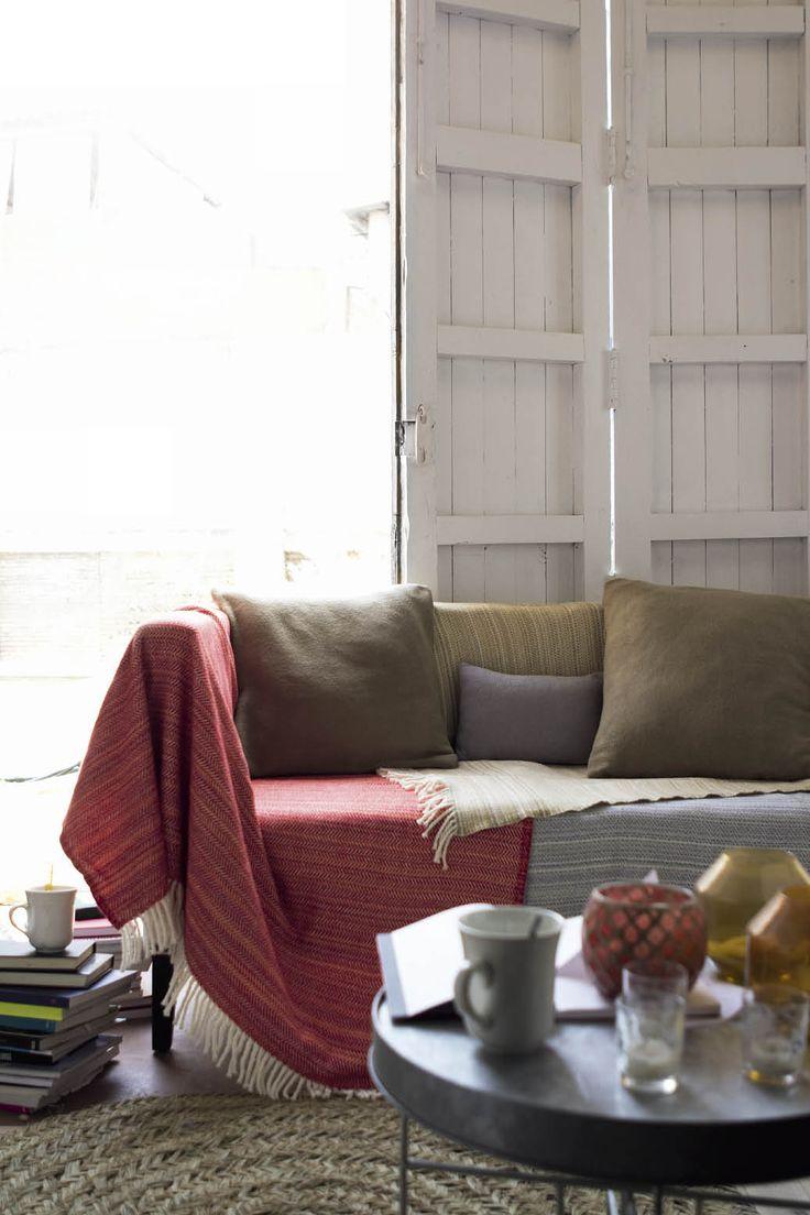Manta, sofá y peli... Pocos planes son tan tentadores cuando comienzan a bajar las temperaturas. En Viloop tenemos estas mantas calentitas cuyos creadores, afincados en Valencia, llevan más de treinta años en este negocio artesanal. #manta #artesanal #mantas #artesanales #valencia #hogar #deco
