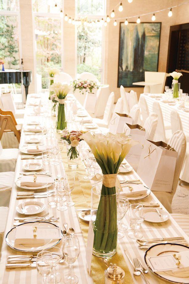 シャンパンゴールドのリボンに、カラーの花を合わせた気品あふれるテーブルコーディネイト