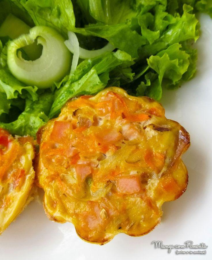 Muffins de Omelete, perfeito para petiscar na folia de carnaval. Para ver a receita, clique na imagem para ir ao Manga com Pimenta.