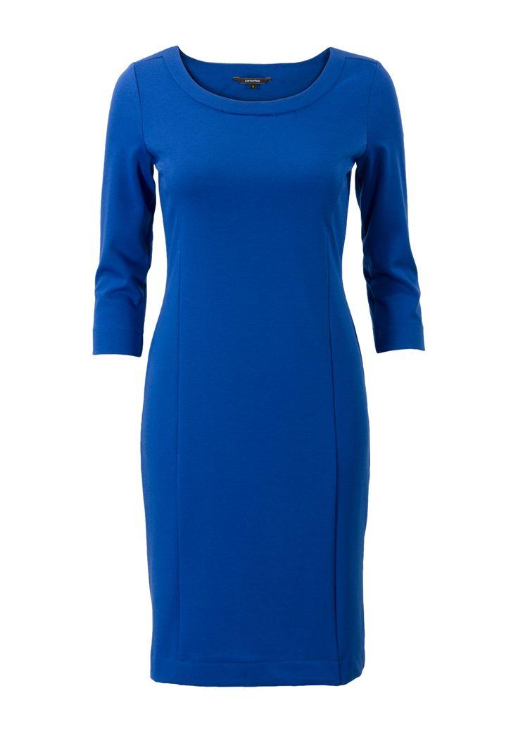 Kobaltblauwe jurk met driekwart mouwen en een ronde hals. Het item is voorzien van sierlijke deelnaden. Het is een aansluitend model, gemaakt van polyester stretch kwaliteit. Knielengte.