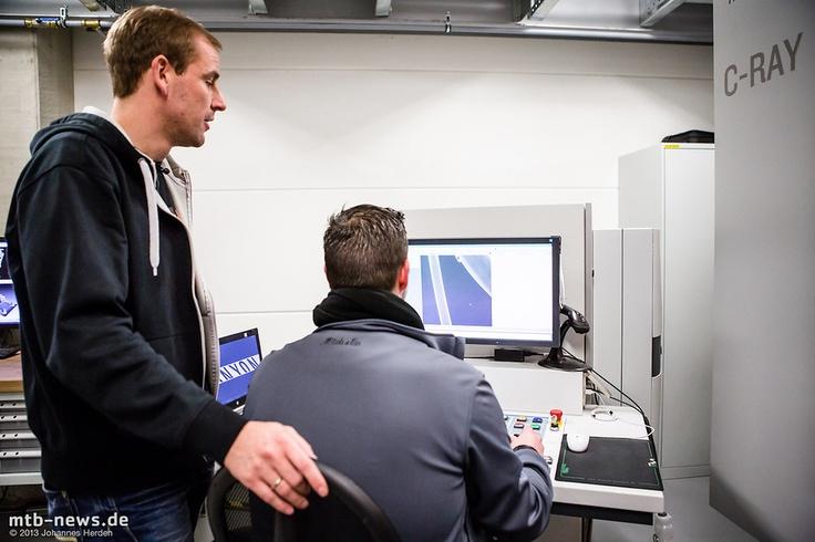 Am Rechner direkt daneben wird die Messung analysiert und grafisch aufbereitet.