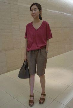 Today's Hot Pick :静版休闲衫 http://fashionstylep.com/SFSELFAA0007250/qnfdksekdcn/out 低调休闲款,让你华丽丽登场。简约经典的基本款式,能够为你的春夏穿着提供一份万能美选。轻薄面料自然垂坠,随性舒适,轻松气氛环绕周身。搭配简约的裤装就很赞哦!:) -鸡心领 -半袖 -纯色 因个人身形不同,上身效果也会有所不同,请参考尺码表。