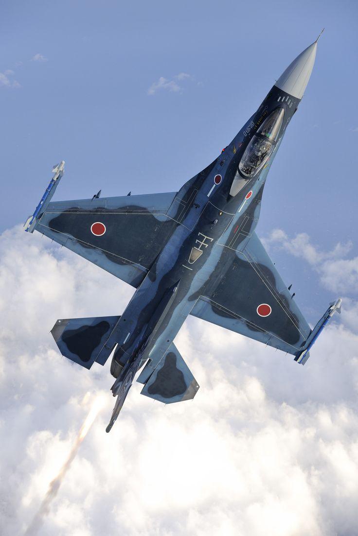 El Mitsubishi F-2 es una cuarta generación de aviones de combate multifuncional, desarrollado y fabricado por MHI (Mitsubishi Heavy Industries) y Lockheed Martin, utilizando como base el F-16 C / D Bloque 40 con el fin de satisfacer las necesidades de la Fuerza Auto Defensa Aérea de Japón (JASDF), donde se adelantaron los requisitos previos para un cazabombardero, con alta capacidad de maniobra y de largo alcance.