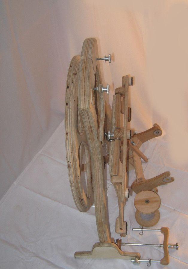 Spinnrad Omega  Wie alle unsere Räder ist auch das Omega von Hand gearbeitet und aus ausgesucht schönen und guten Hölzern gefertigt. Körper und Schwungrad bestehen aus Birke Multiplex, andere...