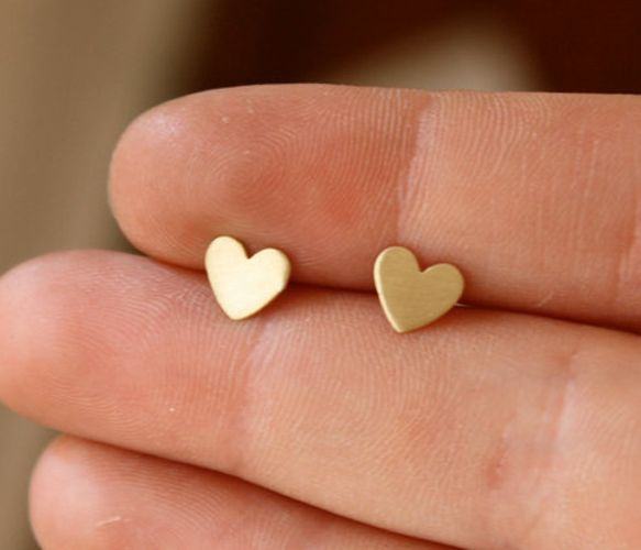 heart earring studs. ive been wanting a pair just like this. flat. preferably silver though maybe or blue?